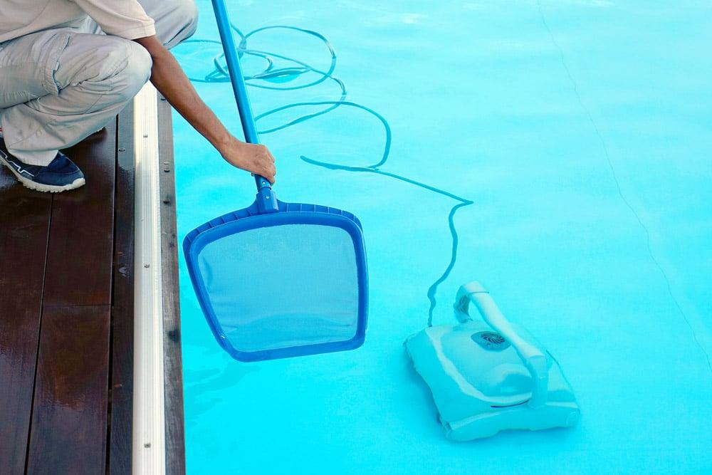 Nettoyage d'une piscine avec robot et aspirateur