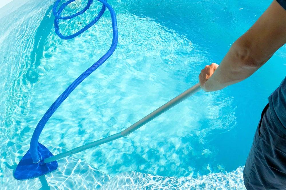 Nettoyage des parois et du fond d'une piscine