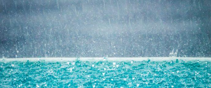 Pluie, vent, gel, neige, grêle, canicule… Comment protéger sa piscine des intempéries ?